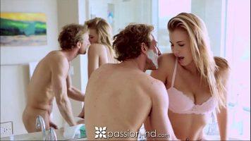 Sex pasional cu o blonda cu forme apetisante ce stie cum s-o ia in gura