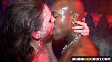 Sex pervers in grup intr-un club in care fetele si-o iau in toate pozitiile in cur