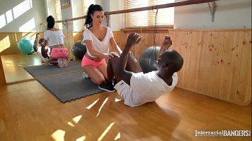 Antrenoare sexi care il invata pe un negru ce se excita si ii da limbi in pizda apoi ea