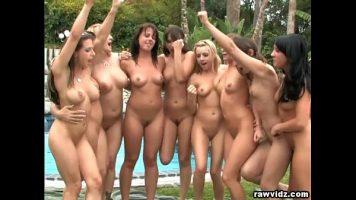Lesbience frumoase toate una si una care se dezbraca langa o piscina si fac