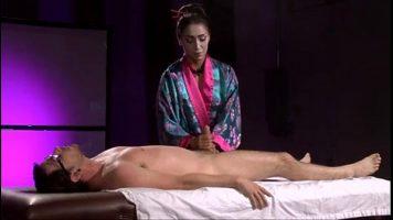Tailandeza care indeplineste servicii de masaj erotic si asta implica si atingeri cu
