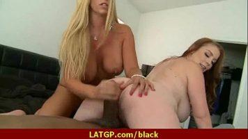 Doua femei cu sanii foarte mari care fac sex cu un barbat de culoare foarte