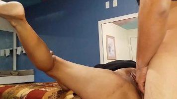 Femeie foarte grasa care este pregatita sa faca sex cu un barbat dotat
