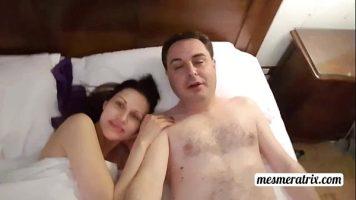 Femeiei bruneta care face sex cu un barbat paros pe piept