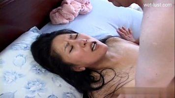Asiatica in varsta care este chemata acasa la un barbat matur sa ii suga pula