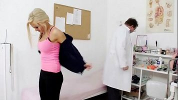Femeie blonda care merge la un control corporal la un medic ginecolog
