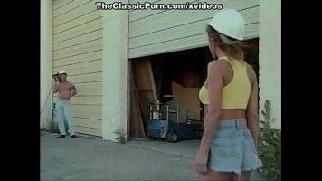 Curva blonda cu chef de sex face o partida nebuneasca cu un constructor
