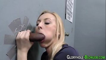 Fata blonda care ii place sa o suga printr-un perete pana cand ejaculezi