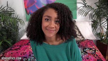 Adolescenta frumoasa ajunge celebra pe internet