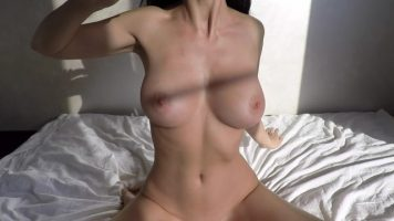 Bunaciune bruneta cu sanii foarte frumosi se masturbeaza in fata web-ului