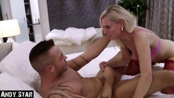 Femeia face sex cu iubitul care filmeaza tot