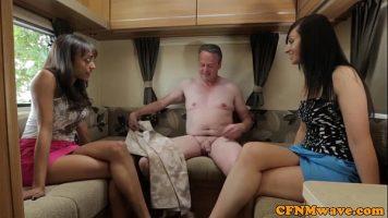Sex in grup cu un tip matur care face sex cu mai multe femei excitate