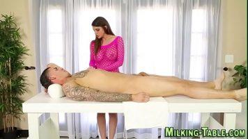 Un barbat face doua femei sa se indragosteasca prin sex