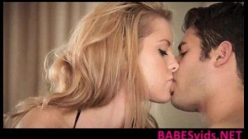 Fata blonda foarte tanara care saruta foarte placut de iti scoala foarte tare