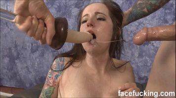 Tanara domnisoara cu tatuaje pe corp care ii place sa fie fututa violent in gura