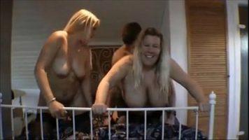 Sex in trei cu doua tarfe mature care fac sex cu un tanar foarte excitat