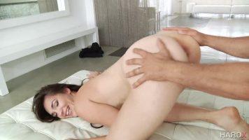 Femeia cu bucile rotunde cere sex in cur