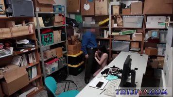 Un tip de la securitate prinde o fata care a furat ceva din magazin si o pune