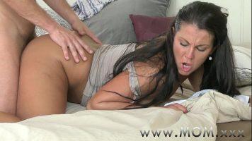 Sex intens la fundul unei doamne brunete cu curul bombat care ii place