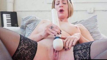 Dildo-ul mare ajunge pe vaginul matur