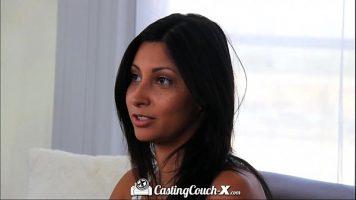 Fata timida bruneta creola la piela care merge la casting pentru filme