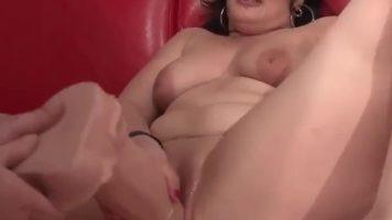 Tarfa bruneta matura foarte grasa care se masturbeaza cu un dildo