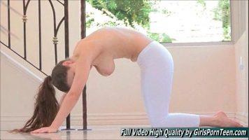 Tarfa tanara care are sanii mari si lasati care ii place sa faca yoga