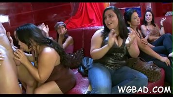 Tarfe bete care se bucura de o partida de sex in grup unde sunt barbati care arata