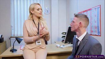 Partida de sex intens cu o tarfa blonda care ii place sa faca sex pe birou