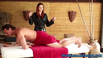 Un barbat care are parte de un masaj de relaxare de la o domnisoara slaba