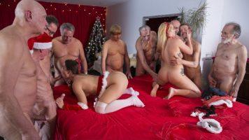 Sex in grup cu doua pizde cu fundul mare care fac sex cu barbati in varsta