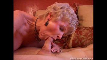 Femeie matura care este imbracata provocator care ii place sa suga pula