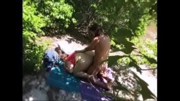 Partida de sex intensa in padure cu o curva grasa cu fundul mare