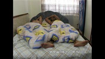 Panarama matura care trezeste doi barbati si incepe sa ii futa