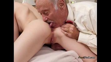 Femeia draguta adora cand barbatii o ling la cur