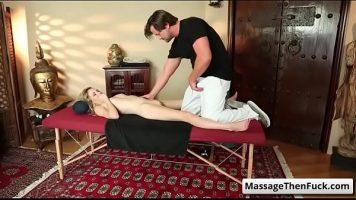 O intreaba daca vrea sa faca putin mai mult decat un masaj