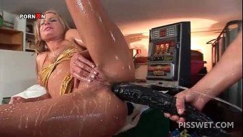 Femeie care ii place sa ii rupi anusul cu jucarii sexuale gigante