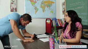 Profesoara de matematica isi pune un student sa se dezbrace si sa scoata