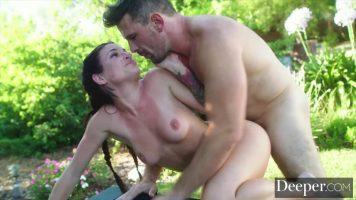 Tarfa obraznica bruneta care face sex intens cu un barbat dotat