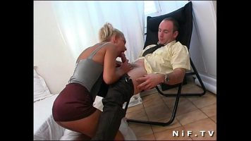 Femeie blonda cu bucile mari ce sta in genunchi intre picioarele tale