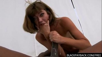 Femeie matura bruneta care se ineaca cand suge pula prea mult timp