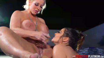 Doua femei grase care le place sa se excite foarte tare intre ele