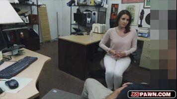 Adolescenta care vine sa deie un interviu pentru angajare pentru filme de adulti