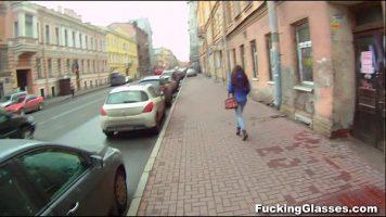 Fetita care se plimba singura pe strada este oprita de un tip ce ii ofera