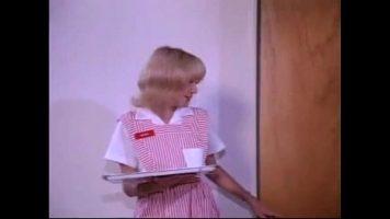 Tarfa blonda care este linsa intre picioare de asistenta medicala