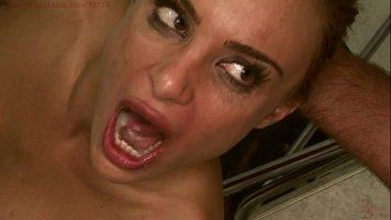 Femeie blonda frumoasa care este fututa in gura foarte agresiv de un barbat