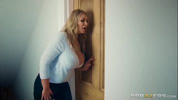 Femeie grasa matura blonda impreuna cu o prietena de a ei fac sex cu acelas