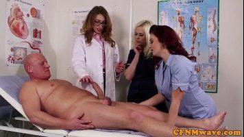 Tarfe frumoase mature care dezbraca un pacient si incep sa ii suga pula