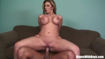 Doamna cu fundul mare face sex excelent