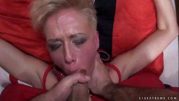 Femeie matura blonda care este lovita peste buci si peste fata